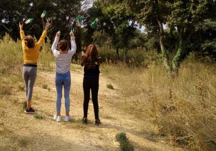 Lancé de gants par 3 jeunes participantes.